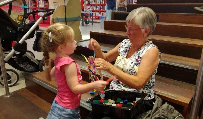 De kinderen waren er intensief mee bezig en maakten, vaak met enige hulp, iets moois van. (foto: Astrid Cramer)
