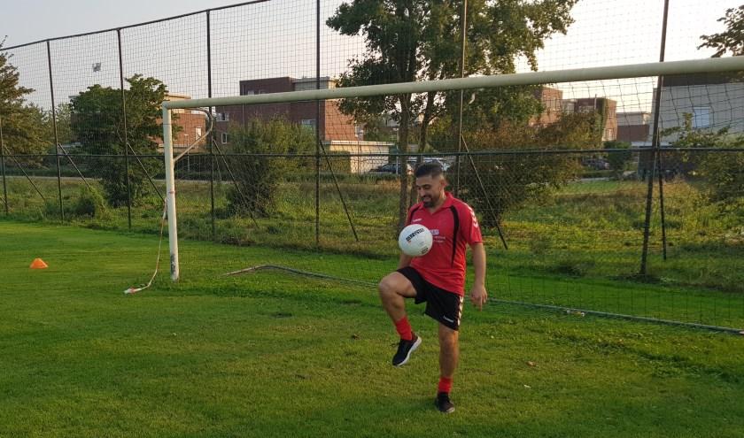 In de voorbereiding op het nieuwe seizoen traint Amir Benzadeh zijn team uitsluitend met de bal. (foto: Kees Stap)