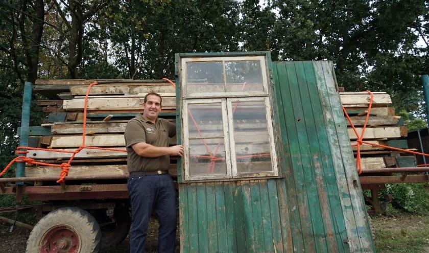 De gedemonteerde Duitse oorlogsbarak ligt veilig opgeslagen op een aanhangwagen thuis bij Tonnie Ebben in Groeningen.