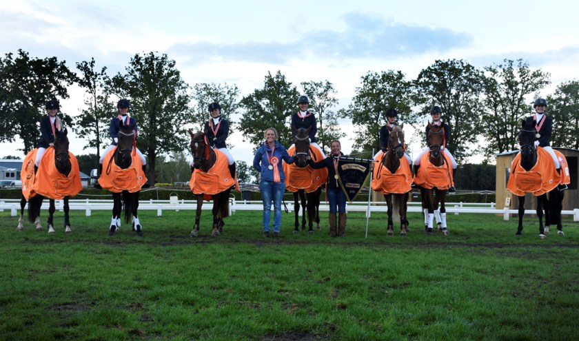 Het verenigingsteam van Ponyclub Klein Maar Dapper is weer Nederlands kampioen. Het team: Amber, Elvira, Petrice, Nienke, Anneke, Helma, Noreen, Lisa en Bo. Eigen foto.