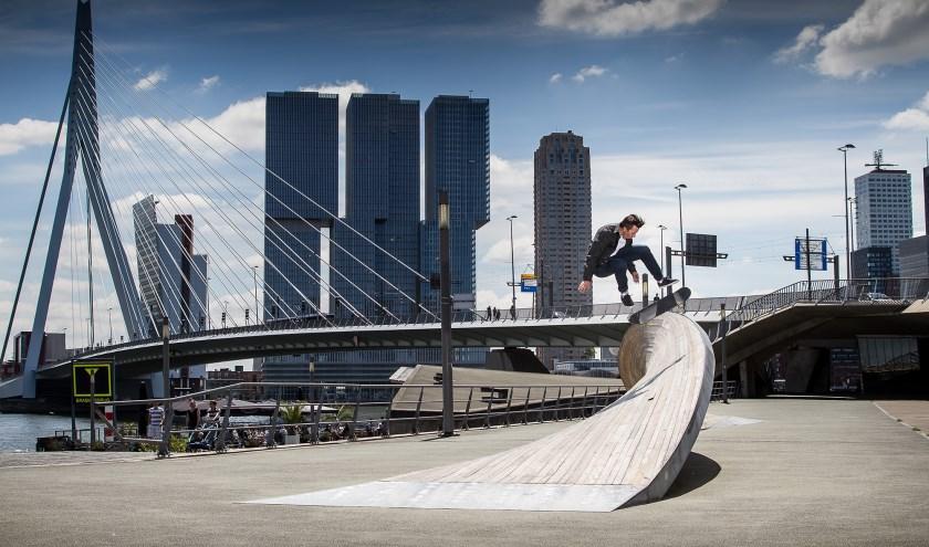 Aan de voet van de Erasmusbrug en op andere plekken in het stadscentrum laten deelnemers aan de Rotterdam World Cup Skateboarding vrijdagmiddag al hun tricks zien. (Foto: Rob Rouleaux)