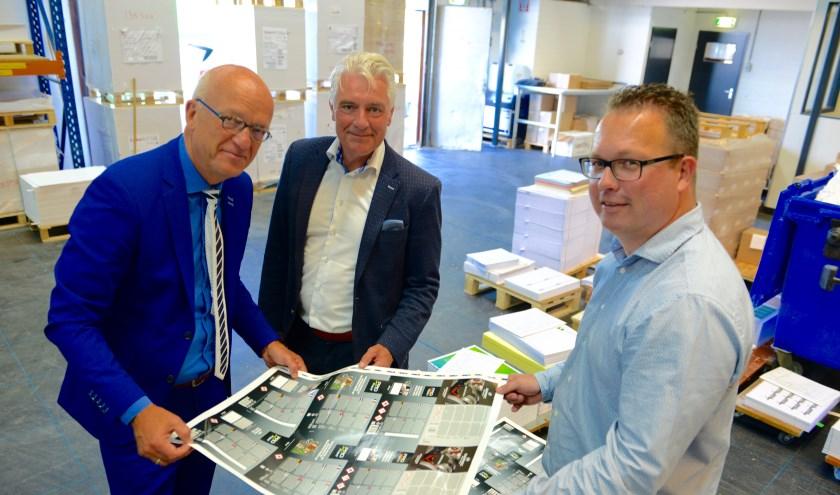 Burgemeester De Vries (l) Sikko Haan en Walter Cleton keuren de eerste druk van de pers die door de burgemeester in werking werd gesteld. (foto en tekst: Cees Hoogteyling)