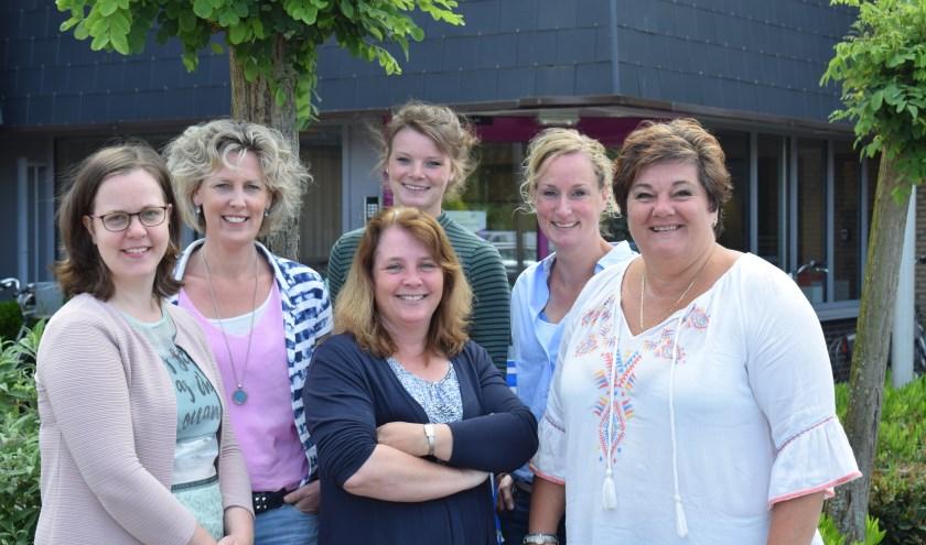 V.l.n.r.: Marieke (speltherapeut), Annebet (orthopedagoog), Anouk (ergotherapeut), Marijke (fysiotherapeut), Henrike (logopedist), Saskia (diëtist)