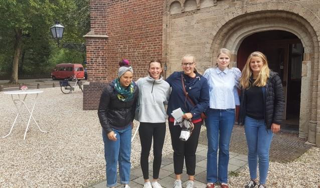 studentes bij ingang Dorpskerk Foto: Marlies Loorbach © DPG Media