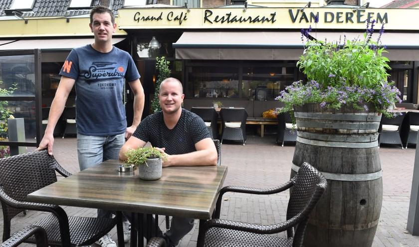 Ondernemer van de week: Mark Wissing (links) en Boudewijn Heemskerk van Grand Café Restaurant Van der Eem Terborg. (foto: Roel Kleinpenning)