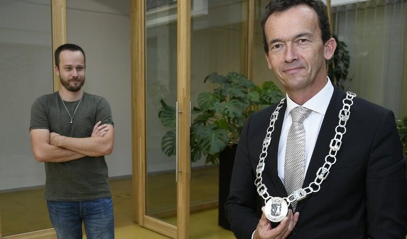 <p>Burgemeester Lucien van Riswijk toont de nieuwe ambtsketen. Links staat edelsmid Colin van Elderen uit Herwen. (foto Ab Hendriks)&nbsp;</p>