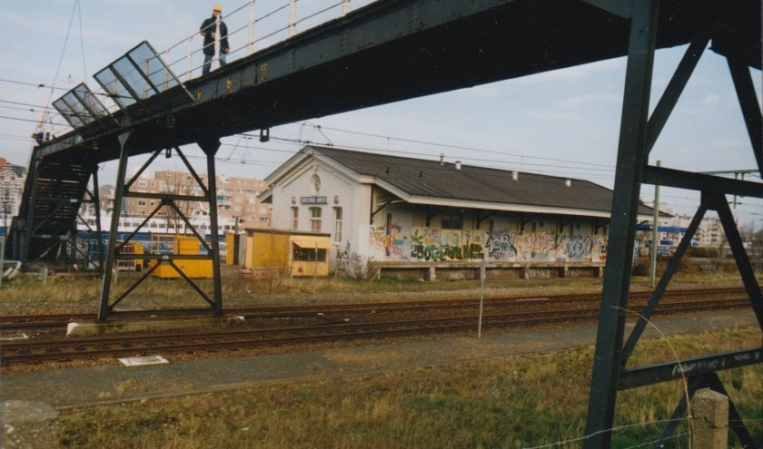 De voetgangersbrug werd in november 2000 ontmanteld. Hij staat nu in Goes en doet dienst als restaurant. FOTO: JAAP VAN WALLENBURG