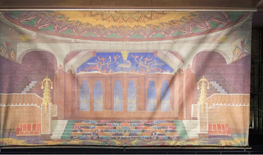 Het Art Deco-interieur is de foyer van het beroemde theater Tuschinski in Amsterdam en hoogstwaarschijnlijk nageschilderd van een foto uit 1921.
