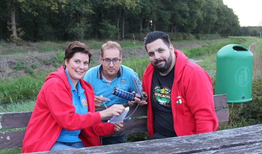 Van links naar rechts: Jacqueline Kursten, Jan Rademakers en Theo Dubbeld met een gekraakte cryptex cache.
