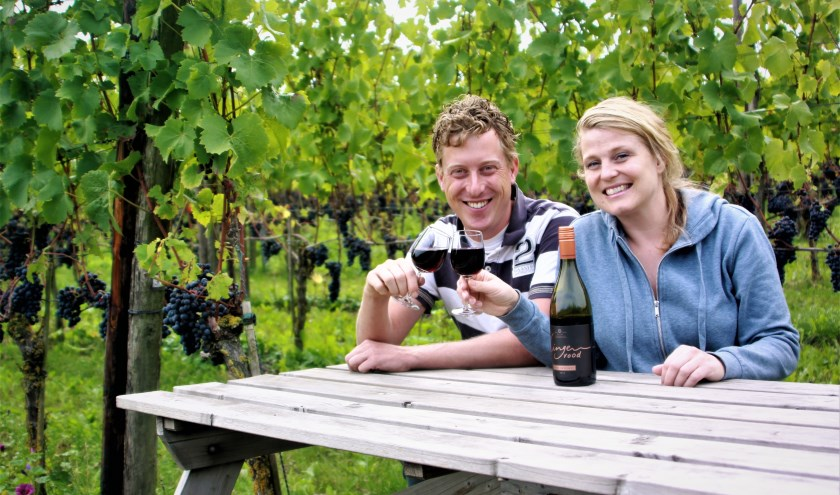 Wijnboer Diederik Bleker en wijnboerin Arina van Leenen genieten van een goed glas zelfgemaakte wijn. (Foto: Arno voor de Poorte)