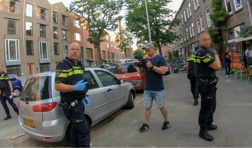 """Sander in het filmpje: """"Híj kiest er voor drugs in zijn onderbroek te stoppen als wij er aan komen. Dan móeten we dat in de bus checken."""""""