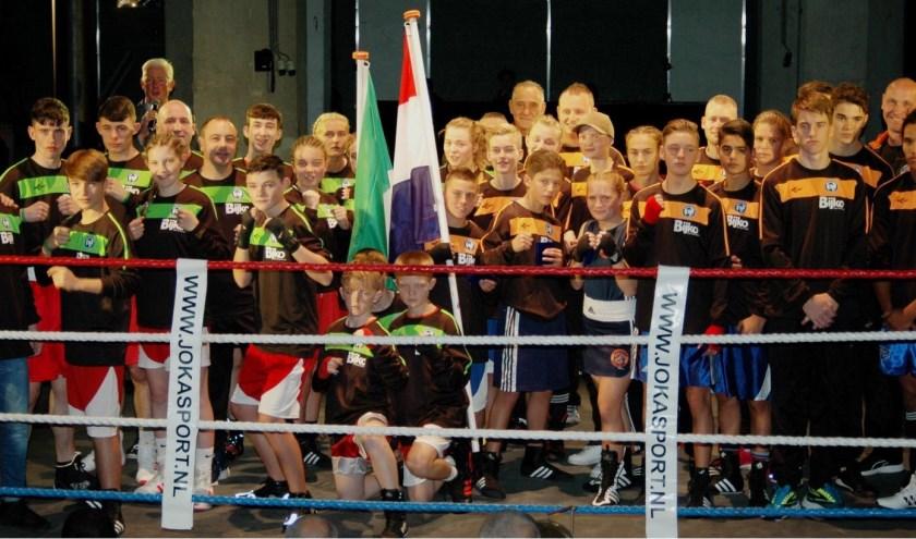 Deelnemers aan de Junior Bep 2017, met jongens en meiden uit Nederland en Ierland. Dit jaar zijn jeugdboksers uit Engeland te gast.