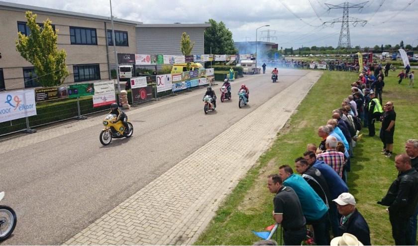 Industrieterrein De Bonegraaf is op die dag het circuit voor demoraces van bijna 200 motoren.