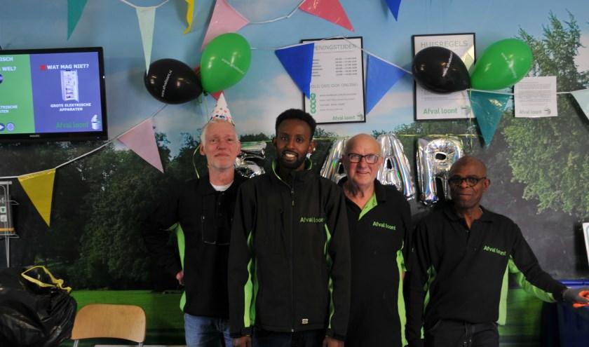 Vaste medewerkers van Afval loont Hoogvliet zijn trots op hun jubileum en vierden afgelopen zaterdag een groot feest met hun trouwe klanten.