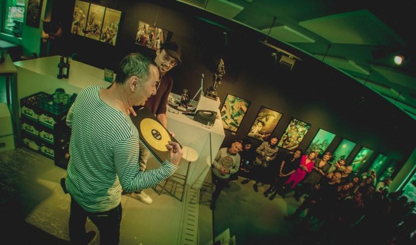 Stand-upcomedian en schrijver Raoul Heertje opende afgelopen zaterdag de expositie in de GO Gallery in Amsterdam (foto: Nortoir)