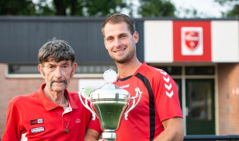 Sportverslaggever Arend Vinke (links) reikt de Fair Play Cup uit aan aanvoerder Patrick Kamphuis van vv Oene. Foto: Dennis Dekker