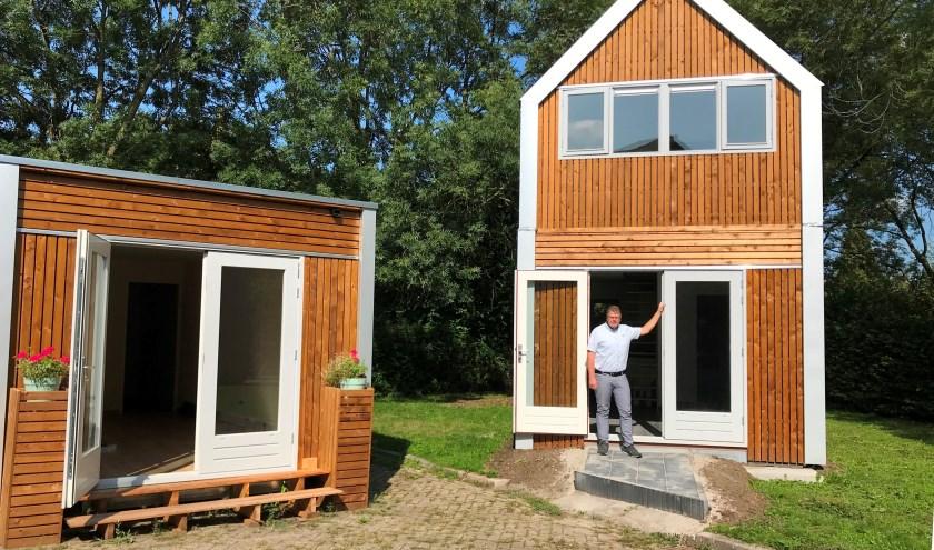 Arjan Voorwinden showt de twee stapelbare miniwoningen. (foto GvS)