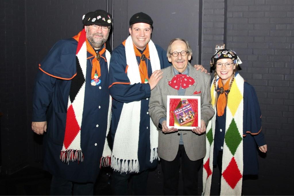 De eerste CD ging naar Bert Mathijssen voor zijn bezielende inzet voor het Tullepetaonse leutfeest. Foto: Leo de Jaeger © DPG Media