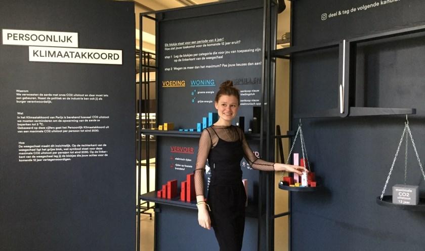 Ilse van den Dungen met haar installatie 'Persoonlijk Klimaatakkoord'.