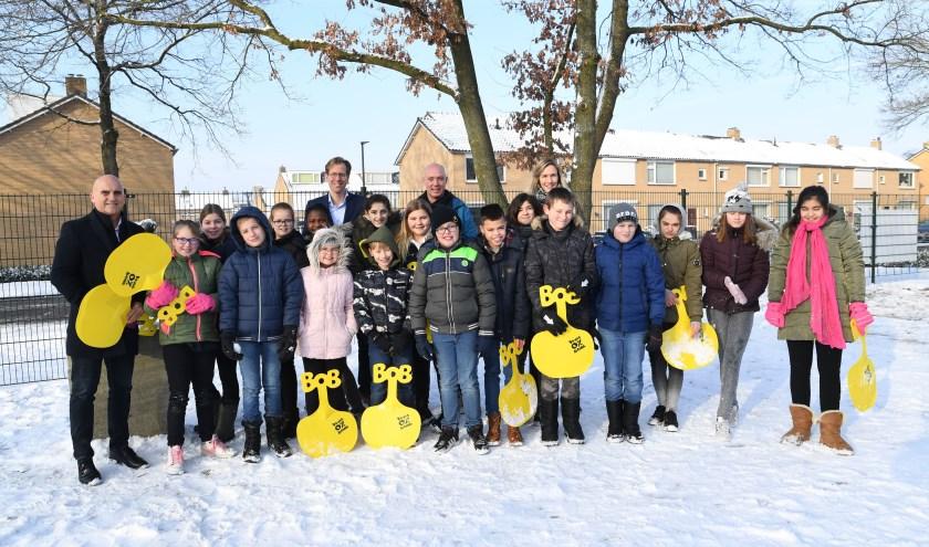 Wethouder Ronald Bakker en gedeputeerde Christophe van der Maat bij de 'Bob'-klas op basisschool Hoef-Hugo in Waalwijk.
