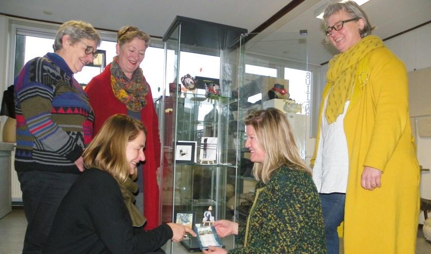 Diana Kölker (midden) bij de mini-kunstuitleen in BuitenRuimte, de winkel van Annemarie Bos, Lise Colpa, Fransje van Pelt en Saskia Beentjes.