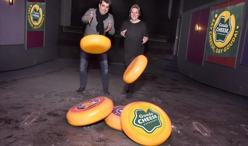 Rik Dijkgraaf en Femke van Munster oefenen in de nu nog lege bioscoop op de kunst van het kaas lossen, zoals op de kaasmarkt wordt gedaan. Foto: Marianka Peters