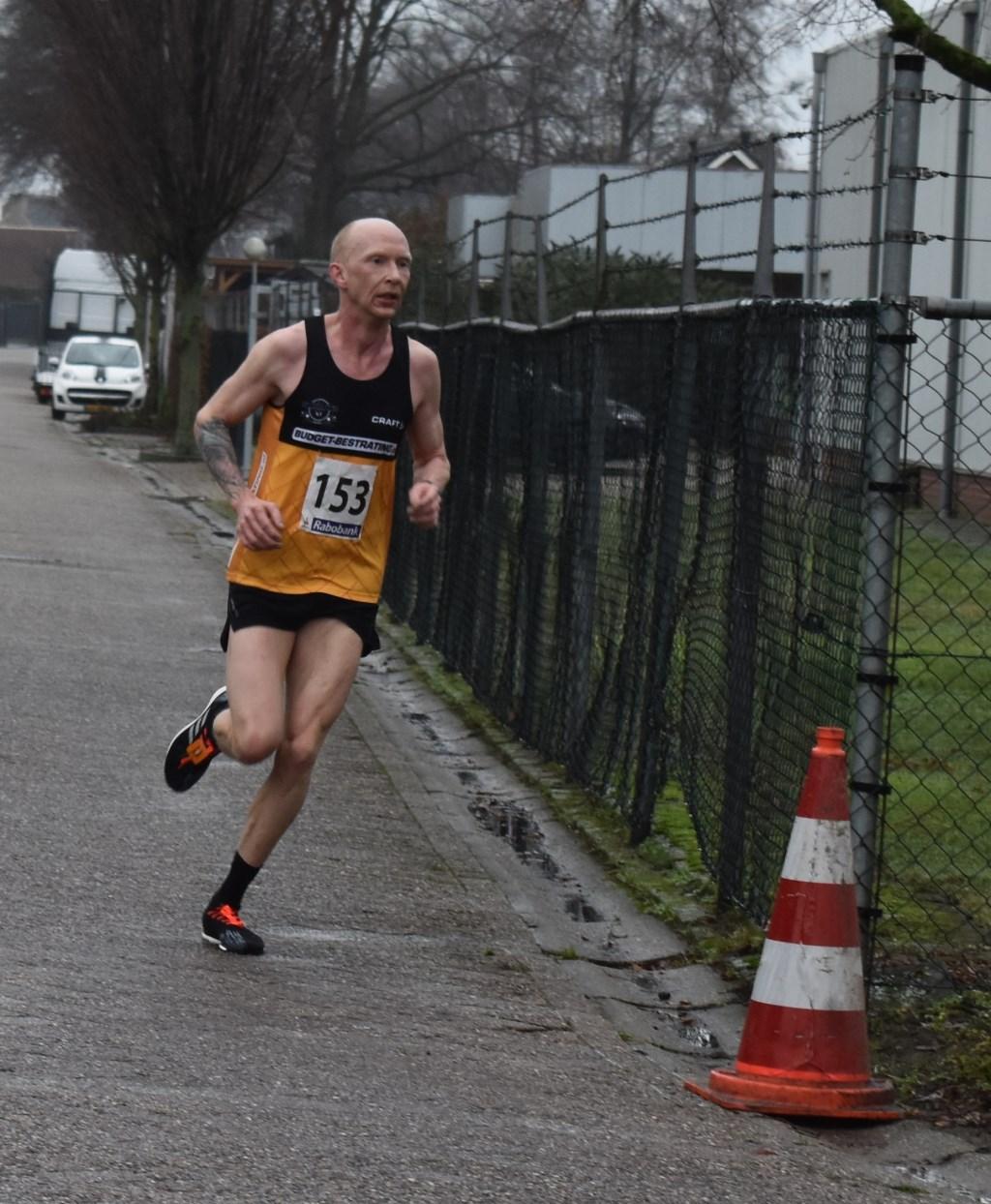 Winnaar bij de mannen op de tien kilometer is Henry Rutgers uit Noordscheschut (Drenthe) met een tijd van 33.15. Foto:  © DPG Media