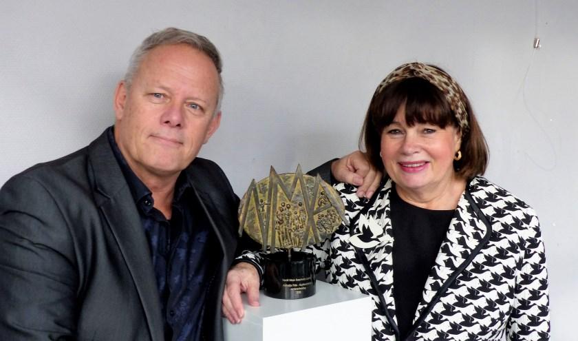 Joop van der Hor en beeldhouwer Tineke Nusink bij nieuwe onderscheiding. Foto: Roel van Deursen.