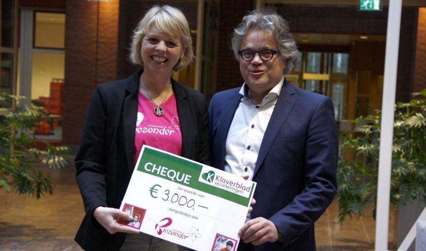 Sylvia Wijdieks, voorzitter van Stichting Biezonder, en Peter Paul Barth, algemeen directeur van Klaverblad Verzekeringen
