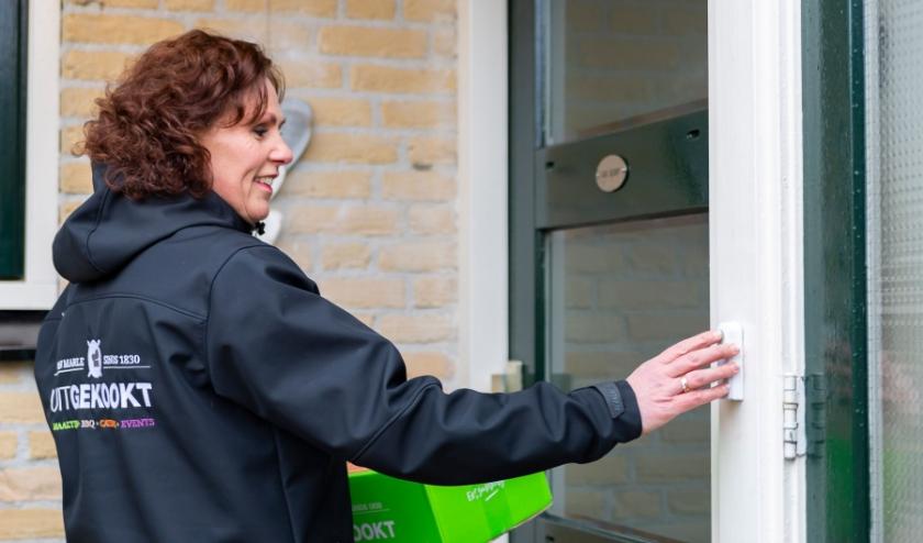 """""""We hebben ons personeel een duidelijke instructie gegeven hoe dozen met maaltijden moeten worden overhandigd."""" (foto: Uitgekookt.nl)"""
