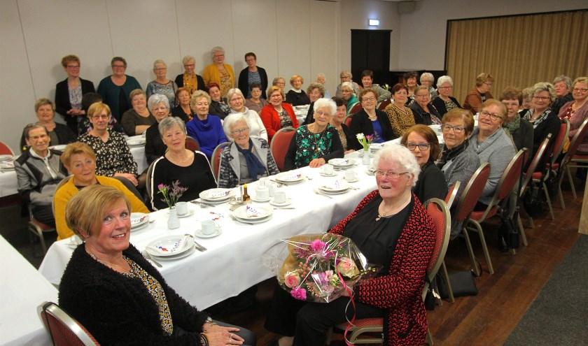 Dora Wissing (rood vest) is gehuldigd omdat ze al 65 jaar lid is van het Vrouwengilde Doornenburg. (foto: Kirsten den Boef)