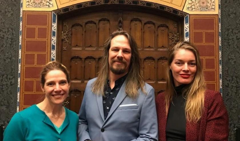 Van links af kunstenares Erica Hyatt, nachtburgemeester Jeroen van Doornik en Nora Kastein in de Statenzaal. Daar wordt rond valentijnsdag Art Nights Zwolle'  gehouden.