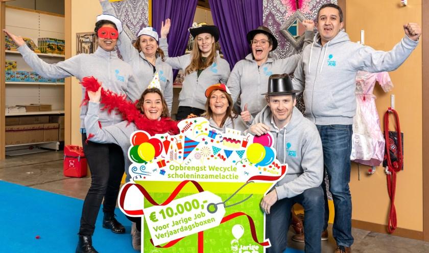 De scholeninzamelactie van Wecycle leverde naast veel afgedankte apparaten een sponsorcheque op van 10.000 euro voor Stichting Jarige Job.