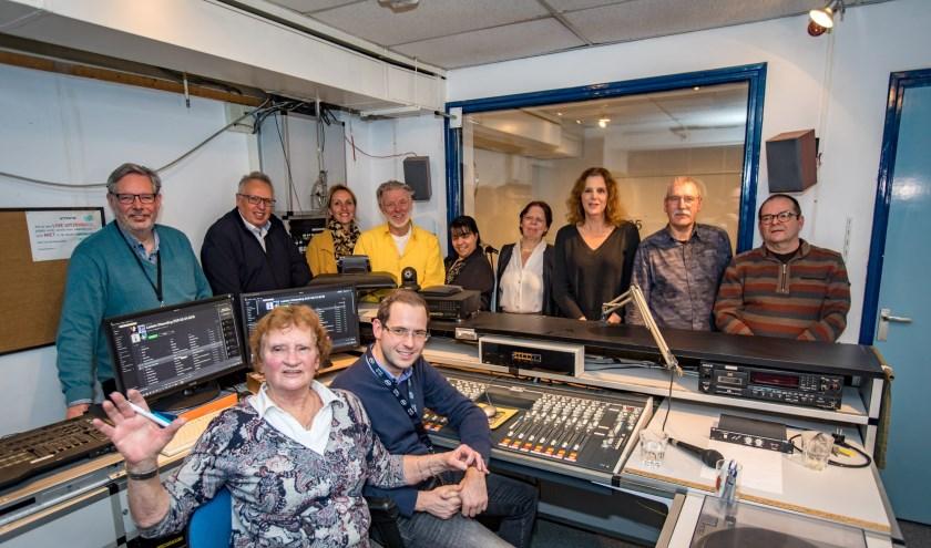 De laatste uitzending van ZOR, Zorg Omroep Rivierenland, het voormalige ZOT, Zieken Omroep Tiel. Na 58 jaar stoppen de vrijwilligers er mee. De laatste achter de microfoon in de kelder van ziekenhuis Rivierenland was Ella van de Weiden.