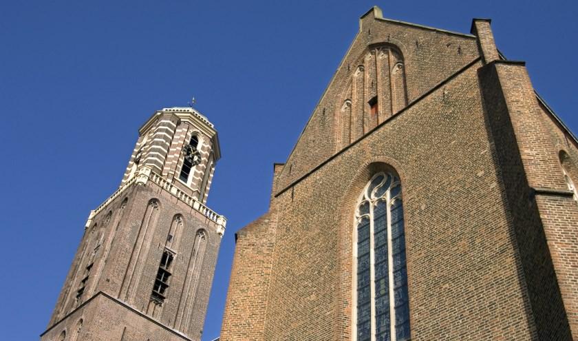 Nederland, provincie Overijssel, stad, hanzestad, Zwolle: Straatbeeld van de hoofdstad van de provincie. Historisch katholiek kerkgebouw met gotisch spitbogenraam met glas-in-loodramen. De kerktoren en gevel  van de basiliek, kruisbasiliek, van Onze Lieve Vrouwe Tenhemelopneming, een middeleeuwse kr