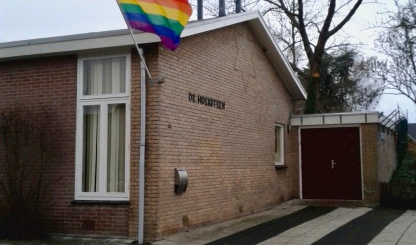regenboogvlag bij De Hoeksteen Benthuizen