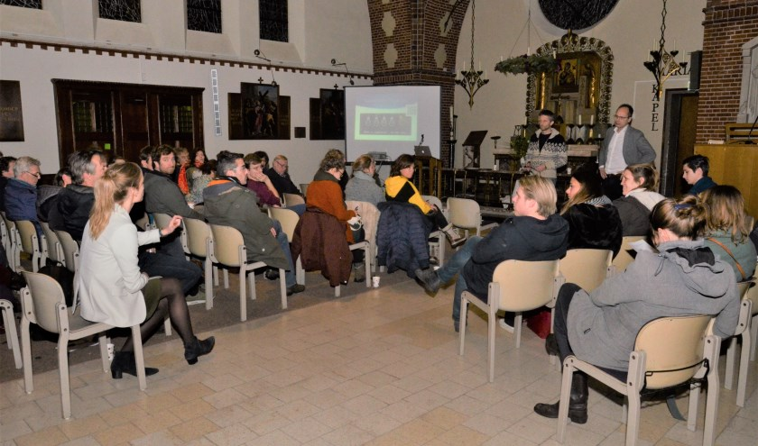 Omwonenden worden voorgelicht. Links stelt CDA-raadslid Jantine Zwinkels enkele vragen. Foto: Jan van Stipriaan Luïscius