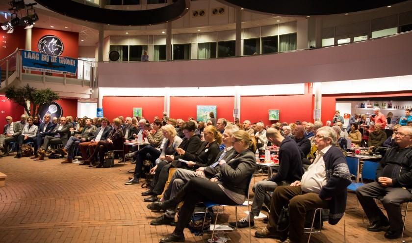 Een hoge opkomst op de infoavond over Lelystad Airport in het atrium van Cultura (foto: Jacqueline Imminkhuizen)