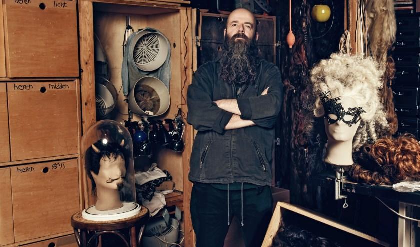Pilo in zijn atelier, hij wilde eigenlijk geen kapper worden maar etaleur of grafisch ontwerper. (Foto: Julian Freyberg)