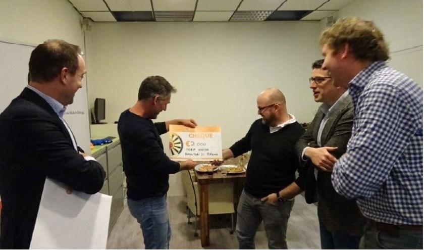 Drie leden van de Ronde Tafel 21 overhandigden 24 januari de cheque de directeuren Marc Mutsaars en Corné van Nispen van Nora Werkt.