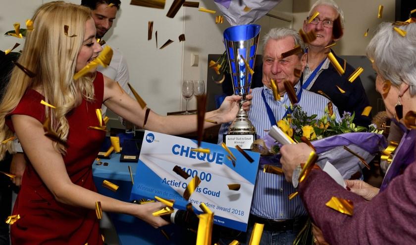 Holtkamp ontvangt de Actief oud is Goud Award. Foto Tino van Dam