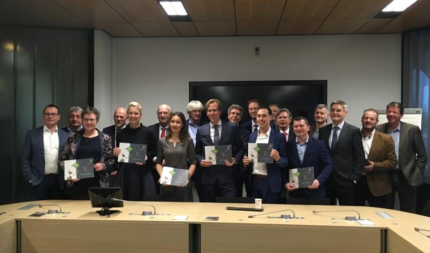 Vooraan v.l.n.r. Patricia Brunklaus (Groenlinks), Marianne van der Sloot (CDA), Annemarie Spierings (D66), Christophe van der Maat (VVD), Stijn Smeulders (PvdA) en Herman Vreugdenhil (CU/SGP), daarachter de partners.