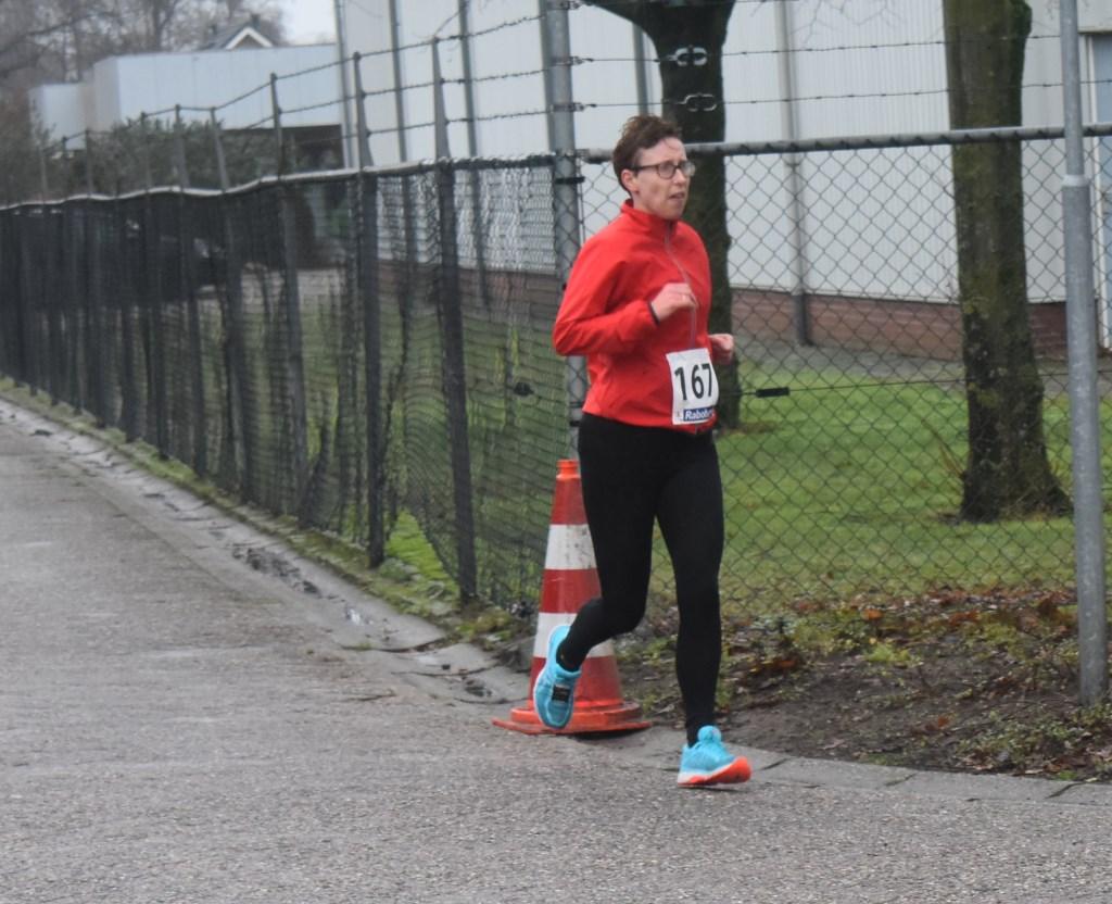De Rijssense Annette Bouwhuis heeft met een tijd van 55.32 de vierde plaats behaald bij de tien kilometer. Foto:  © DPG Media