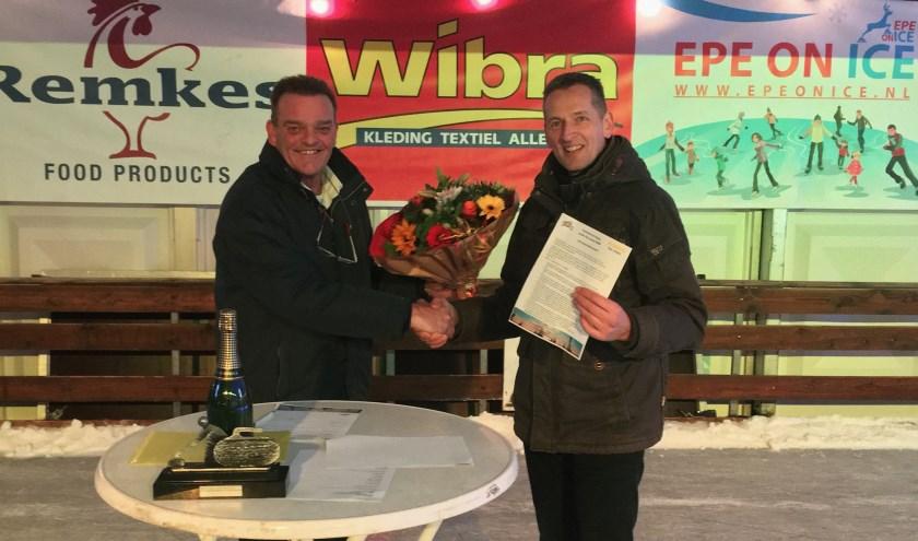 ORMI-voorzitter Gerrit Berkhoff Links) en Erwin van Andel van Volleybalvereniging ORMI-Epe. Op de nieuwjaarsreceptie tekenden ze het nieuwe sponsorcontract.