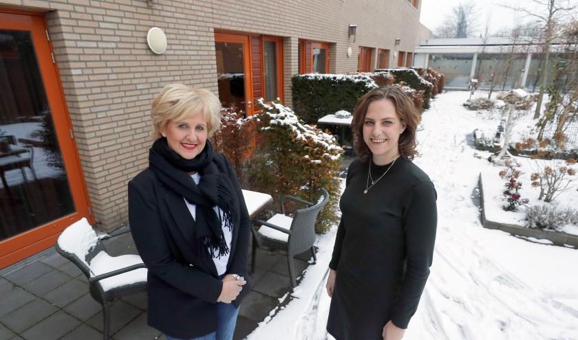 Ellen Lodewijks (r) en Rian de wit (l) willen een overkapping realiseren bij hospice Merefelt. FOTO: Bert Jansen.