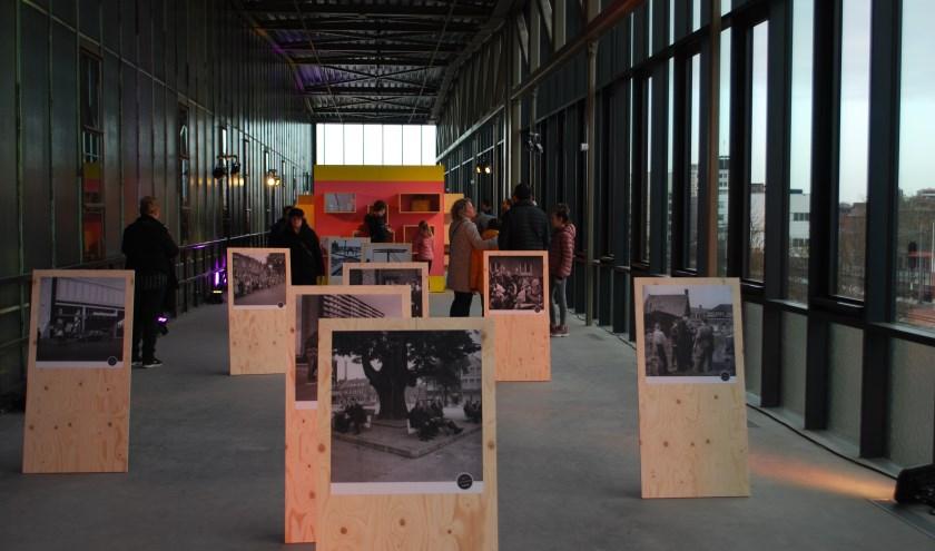 De Jaozeetie is heel de maand januari te zien in de LocHal. De vertrouwde kast met verhalen staat er, aangevuld met 20 zwart-wit foto's.