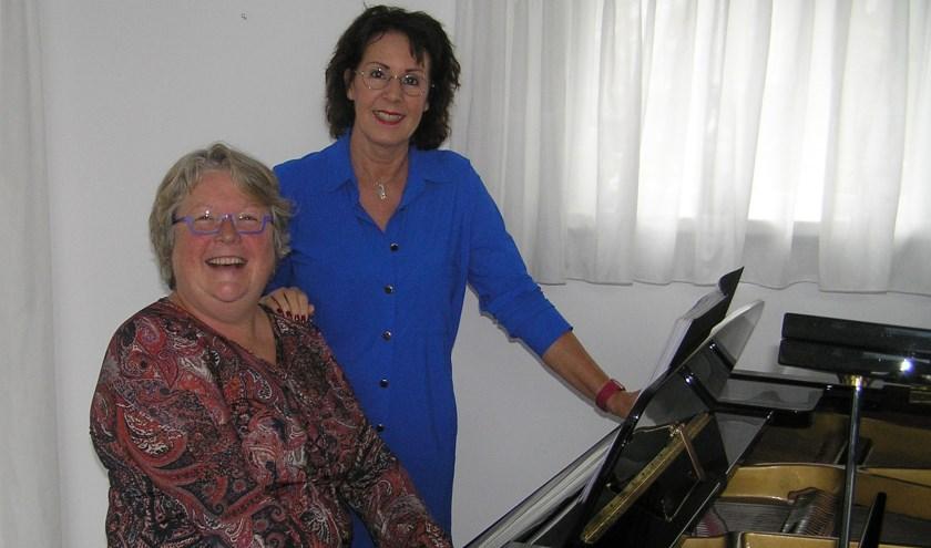 Jacqueline Heijse (l) en Mieke Wolf genieten nog na van hun muzikale uitstapje naar Sardinië.