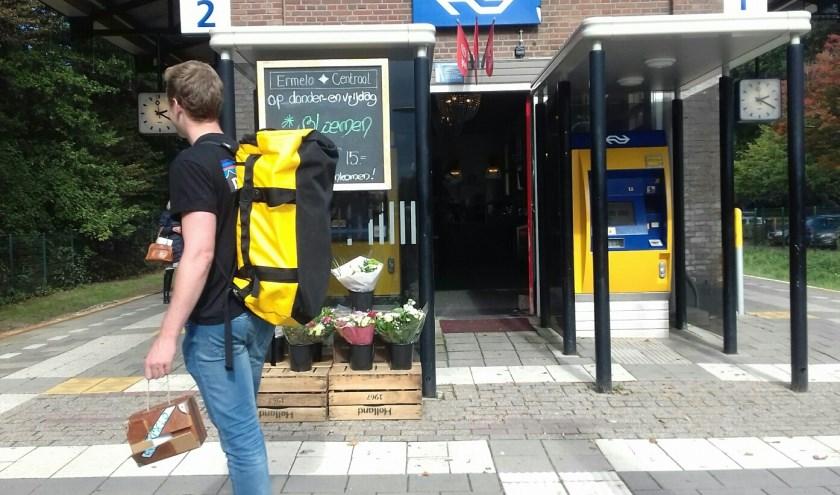 Koffertje met kunst bij Ermelo Centraal