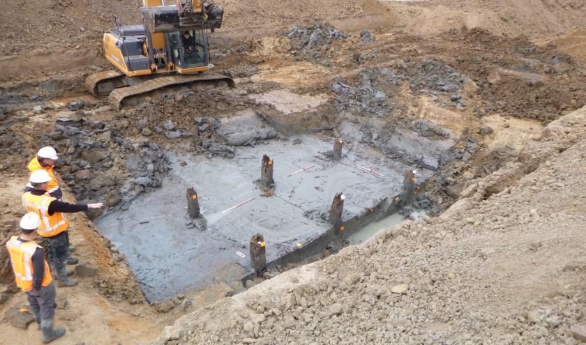 Het archeologisch onderzoek is inmiddels in volle gang. Daarbij zijnal verschillende vondsten gedaan. Er zijn vele stukken aardewerk gevonden, verschillende stenen en houtbrugpalen van de voorbucht (foto).