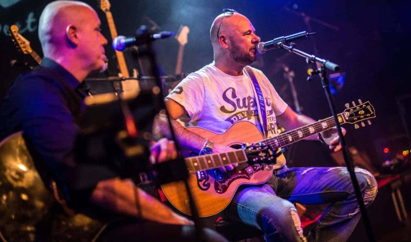 Robert J. Reinders (rechts) scoorde als Robert Jay in 1994 een hitje met 'Red Bullet'. Precies 25 jaar later verschijnt nu een remake van het nummer.